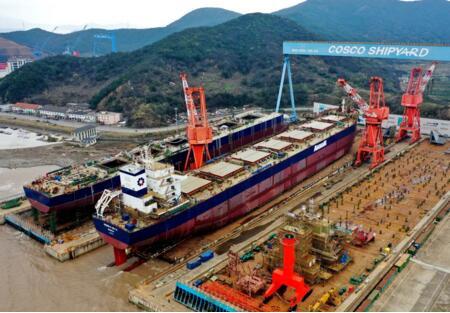 舟山中远海运重工81600吨散货船N749成功下水