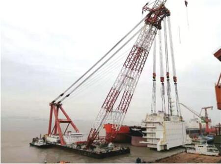 外高桥造船完成国内最大最重生活楼模块吊装搭载