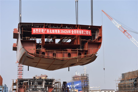 镇江船厂又一艘2942kW全回转拖轮顺利搭载