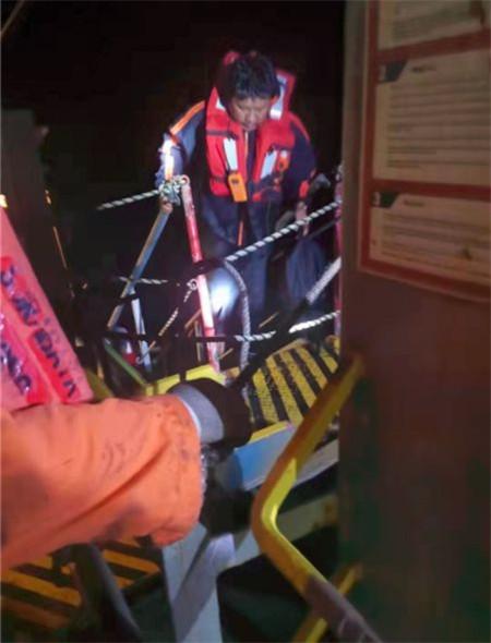 一艘货船海中倾覆,青岛货船紧急施救
