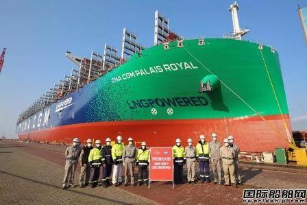 江南长兴造船23000TEU双燃料集装箱船顺利出坞