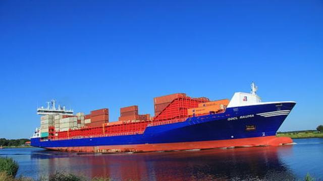 东方海外一船受恶劣天气影响导致多个集装箱落水
