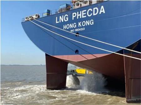 沪东中华完成2型船主机吊装动车任务