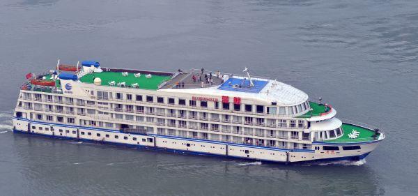 """""""蓝鲸""""游轮抵达武汉港将成援汉医护人员""""新家"""""""
