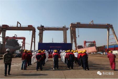 东红船业2艘45700吨散货船顺利点火开工