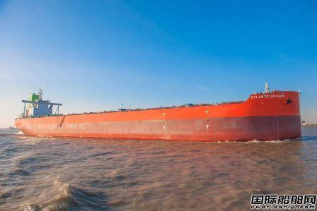 外高桥造船同日交付两艘21万吨散货船