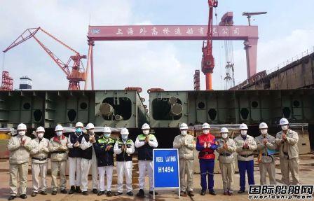外高桥造船一艘18万吨散货船在2号船坞顺利下坞