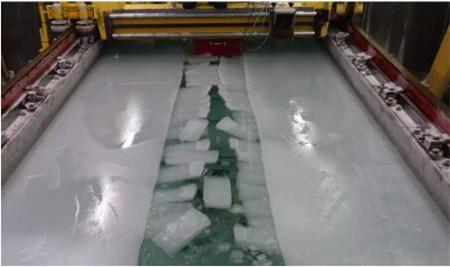 七〇二所小型冰水池成功完成破冰船机理性模型试验