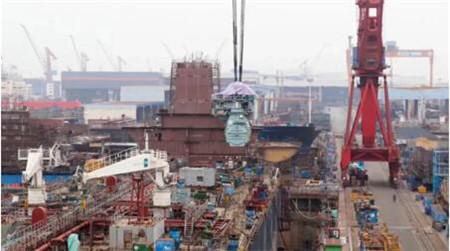 广船国际6.5万吨原油船2号船迎来主机吊装节点