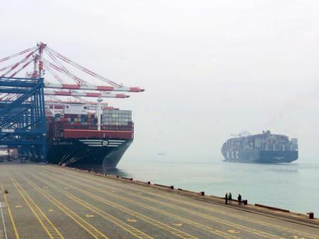 两艘世界最大集装箱船首航厦门港