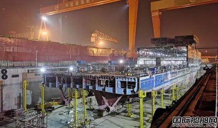 招商金陵威海船厂提前3天完工客滚船艉部分段吊装