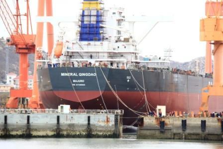 青岛造船厂首次实现小拖船辅助万吨级大船出坞壮举