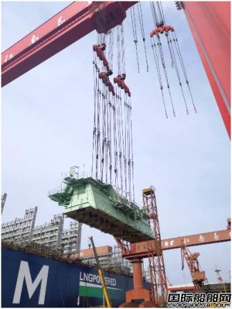 江南造船完成全球最大双燃料集装箱船主机吊装