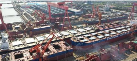 外高桥造船一天两船出坞一船试航