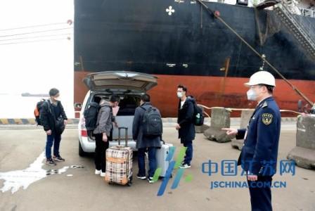 10名中国籍国际航行船舶船员南通顺利换班下船