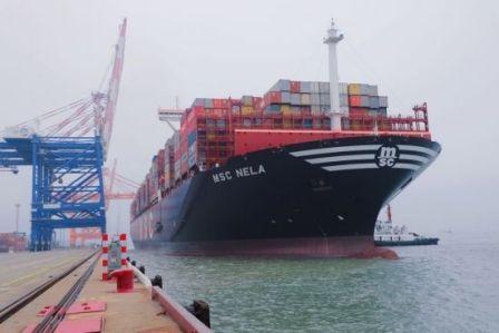又一艘世界最大集装箱船靠厦门港