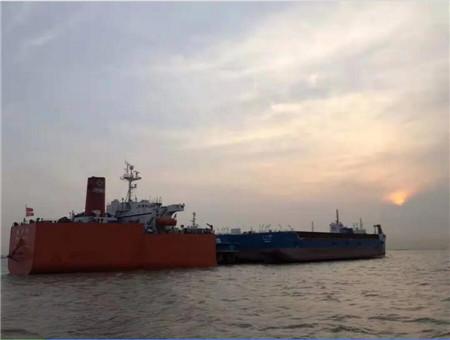 """""""振华15""""轮长兴基地成功浮装4艘工程船"""