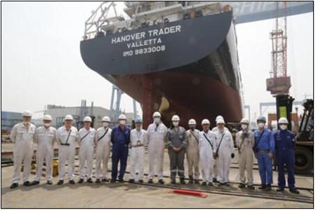 广东中远海运重工1750TEU系列8号船顺利下水