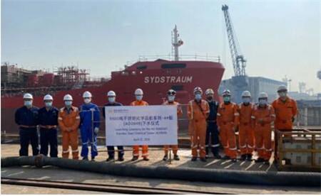 扬州金陵船厂一艘9900吨不锈钢化学品船下水出坞