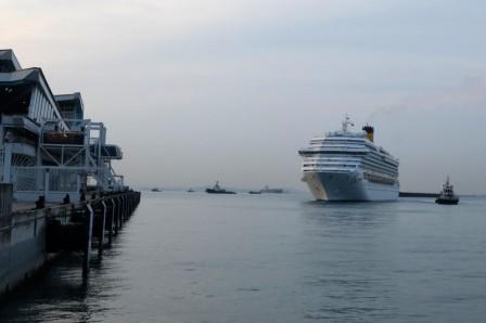 新加坡疫情失控拟征用两艘邮轮安置外籍劳工