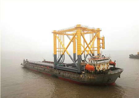 振华重工珠海金湾海上风电场项目基础桩及导管架发运