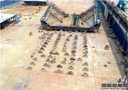 扬州中远海运重工一艘11.4万吨成品油轮进坞搭载