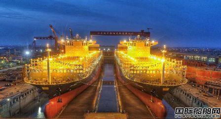 扬子江船业首制两艘12690TEU集装箱船出坞
