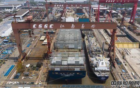 """江南造船""""双线并造""""两艘大船同时出坞"""