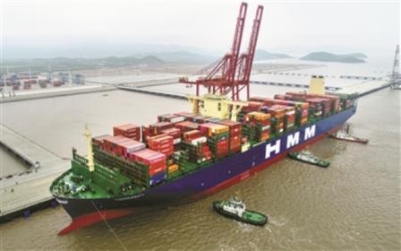 宁波舟山港迎来全球最大集装箱船