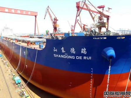 外高桥造船两艘18万吨散货船同时出坞