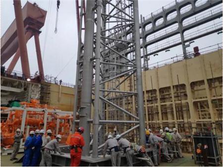沪东中华第3艘23000箱船完成泵塔吊装
