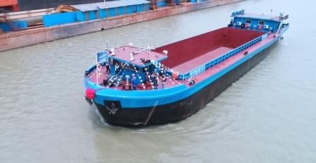 长江流域首艘千吨级纯电动货船试航