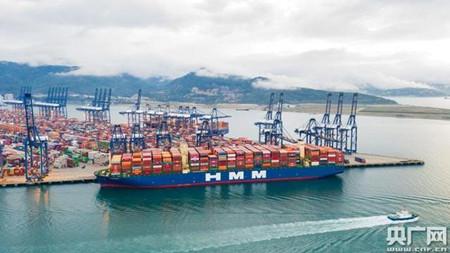 全球最大24000箱级集装箱船首航盐田国际