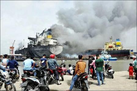 印尼一艘维修油轮起火持续燃烧致7名船员死亡22人受伤