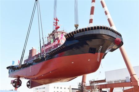 镇江船厂5000HP全回转拖船顺利吊装下水