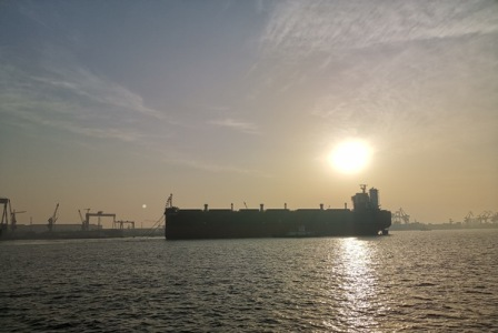 扬州海事维护全球最大新造木屑船安全下水