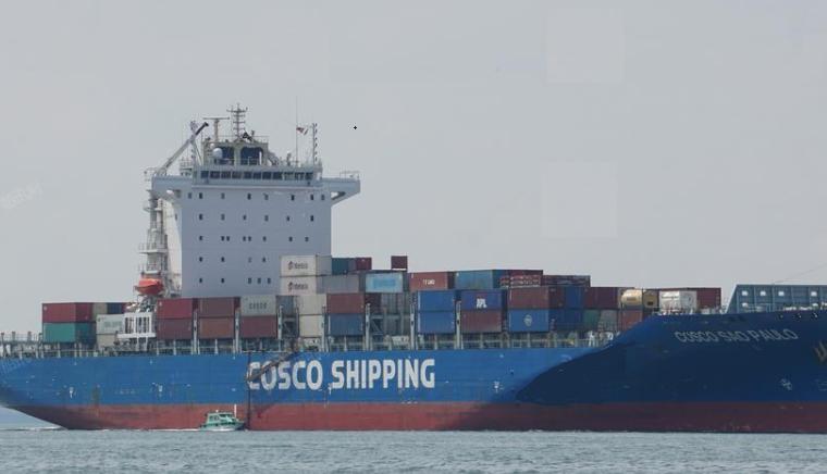 突发!中远海运一艘集装箱船疑似起火集装箱坠海