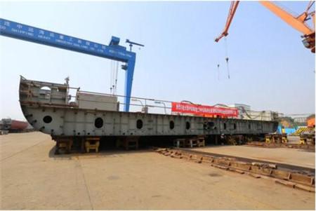 大连中远海运重工两艘6.2万吨多用途纸浆船同日上船台