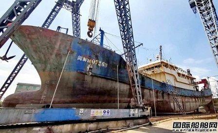 紫顺船业抓住休渔期抢修批量渔船