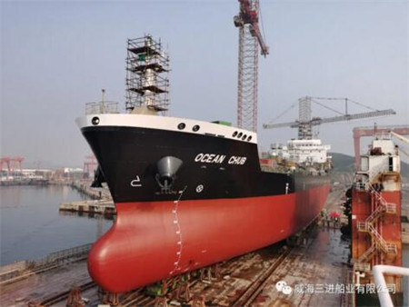 威海三进船业一艘1.1万吨油化船成功下水