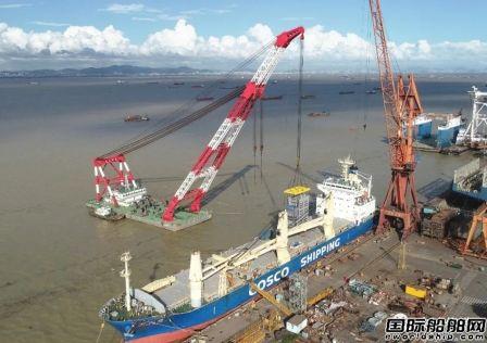 文冲修造K-LINE系列船舶脱硫塔改装项目首个脱硫塔完成吊岸