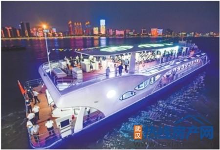 """国内首艘大型全电动长江游船""""君旅号""""首航"""