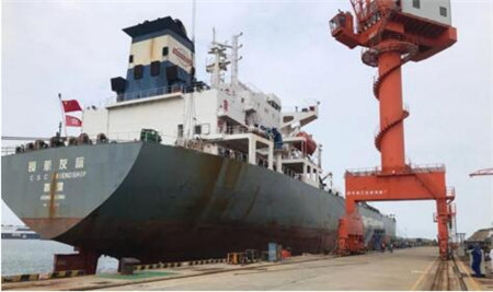 """威海金陵承修首艘油轮""""长航友谊""""进厂"""