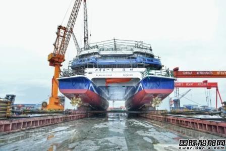 招商工业海门基地大湾区一号游船顺利拉移上驳