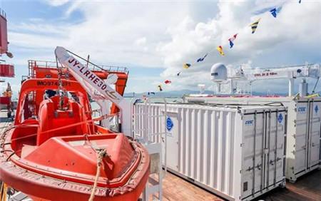 """载人潜水器支持保障母船""""探索二号""""抵达三亚正式入列"""