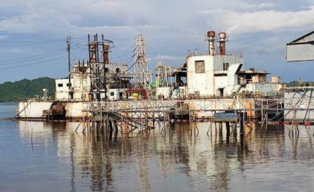 菲律宾一艘发电驳船爆炸大量燃油泄漏数百人撤离