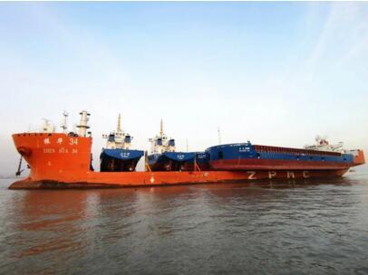 """""""振华34""""轮在几内亚成功浮卸4艘工程船"""