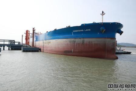 """30万吨级油轮""""远腾湖""""号首次成功试靠离泊黄泽山码头"""