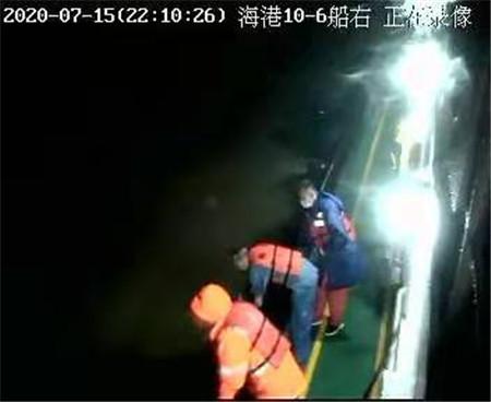 吴淞口外两船碰撞6名船员落水获救
