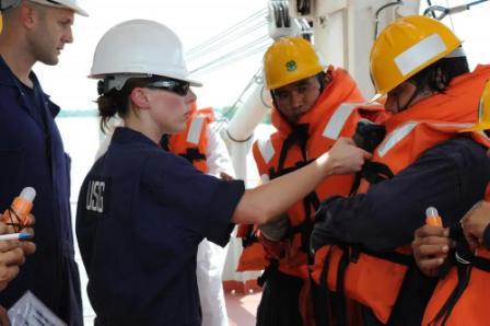 日本船级社发现PSC检查船上救生服也有缺陷